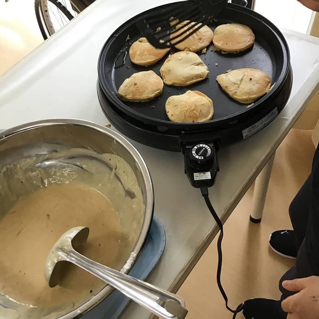 手作りおやつ! 手作りおやつは、皆様に喜んでいただける人気レクリエーションプログラムです。昨日はホットケーキにチャレンジしました。ハチミツ&バターで美味しくいただきました。#ウエルハイムヨコゼ  #特養レクリエーション  #秩父  #横瀬町