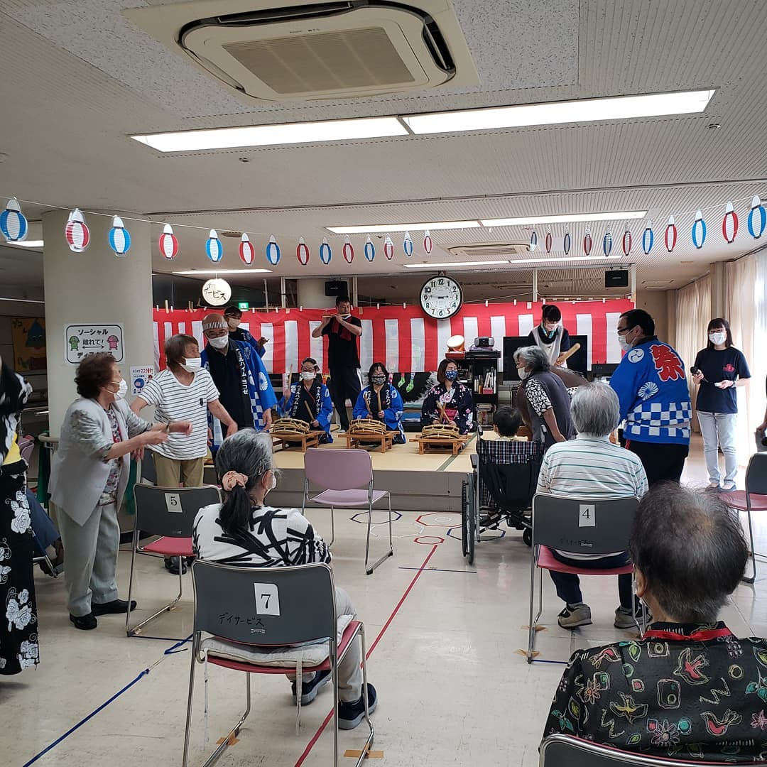 納涼祭  横瀬デイサービスでは納涼祭イベントを開催中です。締めは、デイ職員、施設長、特養職員も助っ人に入り『秩父音頭』です