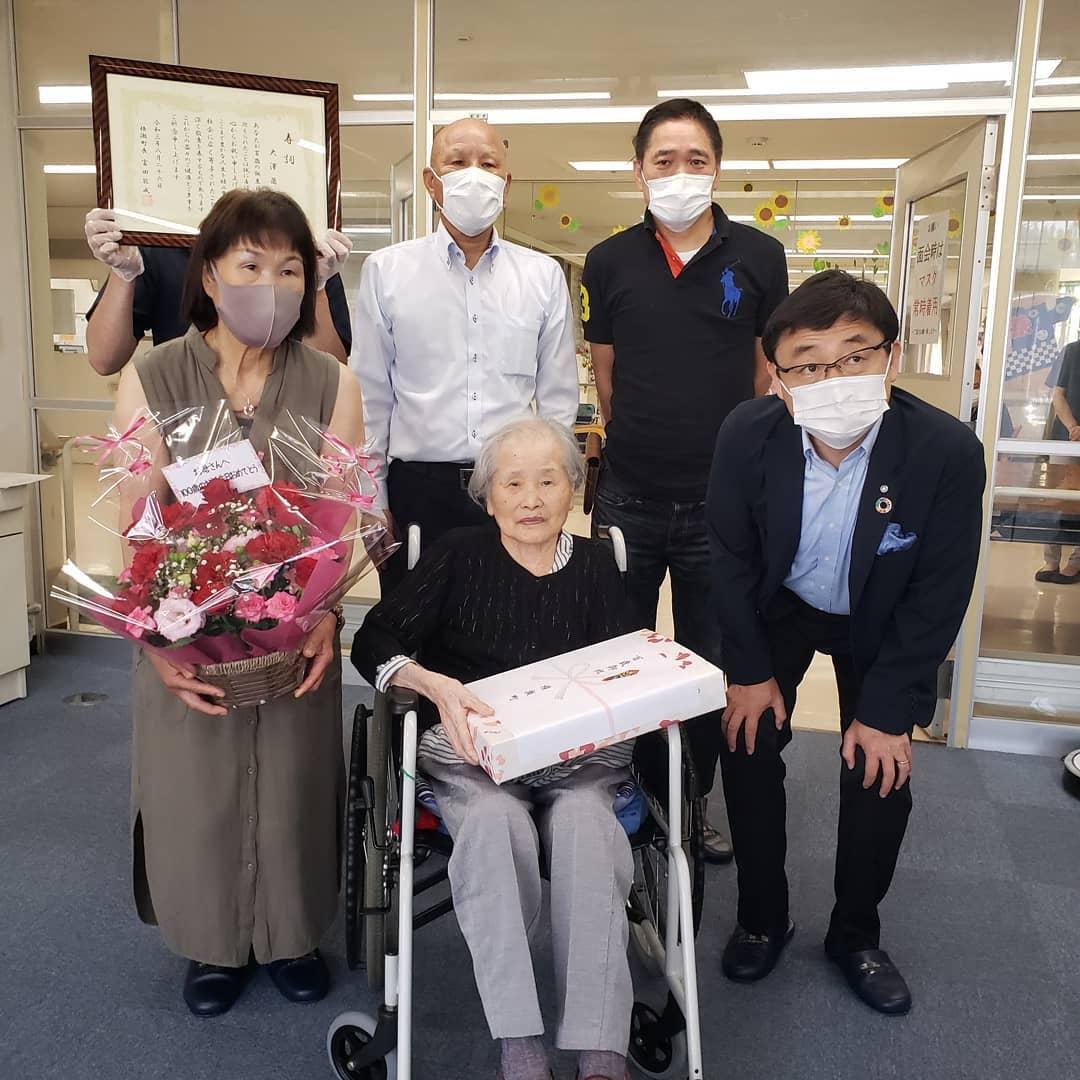 百歳   ご利用者の大澤様が横瀬町さんから100歳のお祝いをしていただきました。式典では富田町長から表彰していただき、記念品も授与されました。10月の町報にも掲載予定です。本当におめでとうございます️#ウエルハイムヨコゼ #横瀬町 #横瀬町町長さん  #百歳